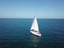 Barca dentro al mare fotografia stock libera da diritti