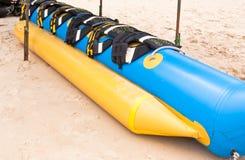 Barca di banana sulla spiaggia Immagini Stock