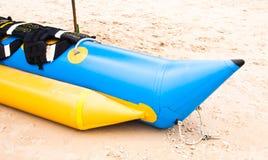 Barca di banana sulla spiaggia Fotografia Stock