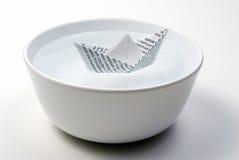 Barca di carta in ciotola in pieno di acqua Fotografia Stock Libera da Diritti