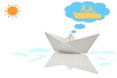 Barca di carta con la riflessione fotografia stock libera da diritti