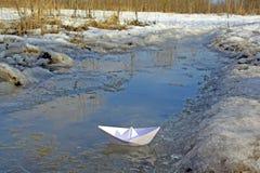Barca di carta in corrente Fotografia Stock