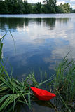 Barca di carta rossa Fotografie Stock Libere da Diritti