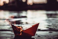Barca di carta rossa su fuoco Fotografia Stock Libera da Diritti