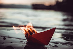 Barca di carta rossa su fuoco Immagini Stock Libere da Diritti