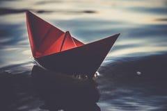Barca di carta rossa sulle onde Fotografia Stock