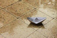Barca di carta sul portico immagini stock libere da diritti