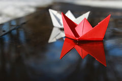 Barca di carta in uno stagno Fotografia Stock