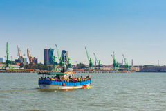 Barca di crociera al porto di Klaipeda immagini stock