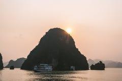 Barca di crociera alla baia di Halong di tramonto Immagini Stock Libere da Diritti