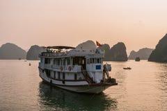 Barca di crociera alla baia di Halong di tramonto Fotografia Stock Libera da Diritti