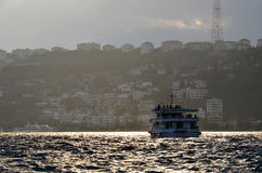 Barca di crociera di Costantinopoli Bosphorus al tramonto su un nebbioso Immagini Stock