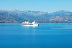 Barca di crociera nel mare della Grecia Fotografie Stock Libere da Diritti