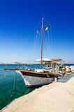 Barca di crociera nel porto di Kolymbia Immagine Stock