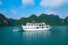 Barca di crociera nella baia di Halong Immagini Stock