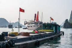 Barca di crociera sulla baia di Halong Fotografie Stock Libere da Diritti