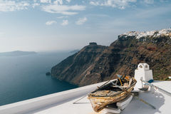 Barca di Decorational sul tetto sull'isola di Santorini, greca Immagine Stock