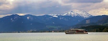 Barca di escursione nel tegernsee del lago con blu ed innevato Immagine Stock Libera da Diritti