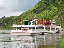 Barca di escursione vicino alla città di Beilstein, fiume di Mosella Fotografie Stock