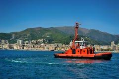 Barca di estinzione di incendio in porto Genova, Italia Fotografia Stock