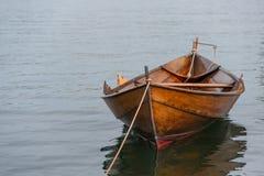 Barca di fila attraccata Fotografia Stock
