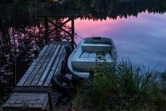 Barca di fila nel tramonto Immagini Stock