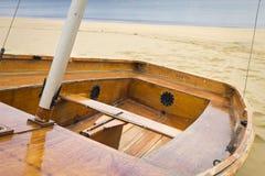 Barca di fila sulla spiaggia Immagini Stock