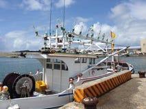 Barca di Fisher con le grandi lampade del bulp nelle isole Taiwan di Penghu del porto Fotografie Stock