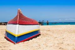 Barca di Fisher in spiaggia di Santa Maria in sal Capo Verde - Cabo Verde Immagine Stock