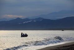 Barca di Fisher su alba. Immagine Stock