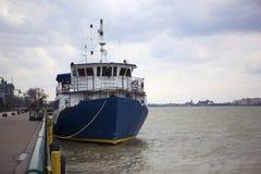 Barca di fiume attraccata Fotografia Stock