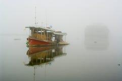Barca di fiume della nebbia Fotografia Stock