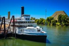 Barca di fiume e Ziggurat sul fiume Sacramento Fotografia Stock Libera da Diritti