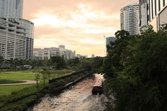 Barca di fiume nel canale, vicino al centro commerciale del platino Bangkok fotografie stock