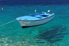Barca di galleggiamento sul mare di cristallo Fotografia Stock Libera da Diritti
