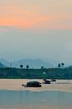 Barca di galleggiamento tailandese sul fiume in Tailandia Fotografia Stock Libera da Diritti