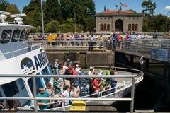 Barca di giro con Ballard Locks sollevato turista fotografia stock libera da diritti