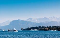 Barca di giro turistico in lago Lucerna, Svizzera immagini stock libere da diritti