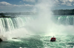 Barca di giro vicino al cascate del Niagara Fotografia Stock Libera da Diritti