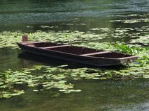 Barca di legno in acqua Fotografia Stock