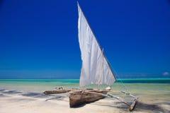 Barca di legno in acqua blu croccante Fotografia Stock