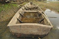 Barca di legno attraccata sulla riva. Fotografie Stock Libere da Diritti