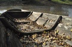 Barca di legno attraccata sulla riva Fotografie Stock