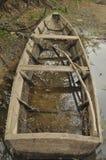 Barca di legno attraccata sulla riva Fotografie Stock Libere da Diritti
