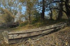 Barca di legno attraccata sulla riva Immagine Stock Libera da Diritti