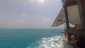 Barca di legno che naviga velocemente attraverso le onde di oceano video d archivio