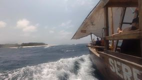 Barca di legno che naviga velocemente attraverso le onde di oceano stock footage