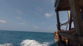 Barca di legno che naviga velocemente attraverso le onde di oceano archivi video