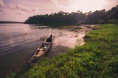 Barca di legno che riposa nel lago Sasthamcotta fotografia stock