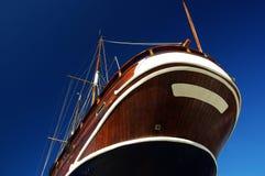 Barca di legno contro il cielo. Fotografia Stock Libera da Diritti